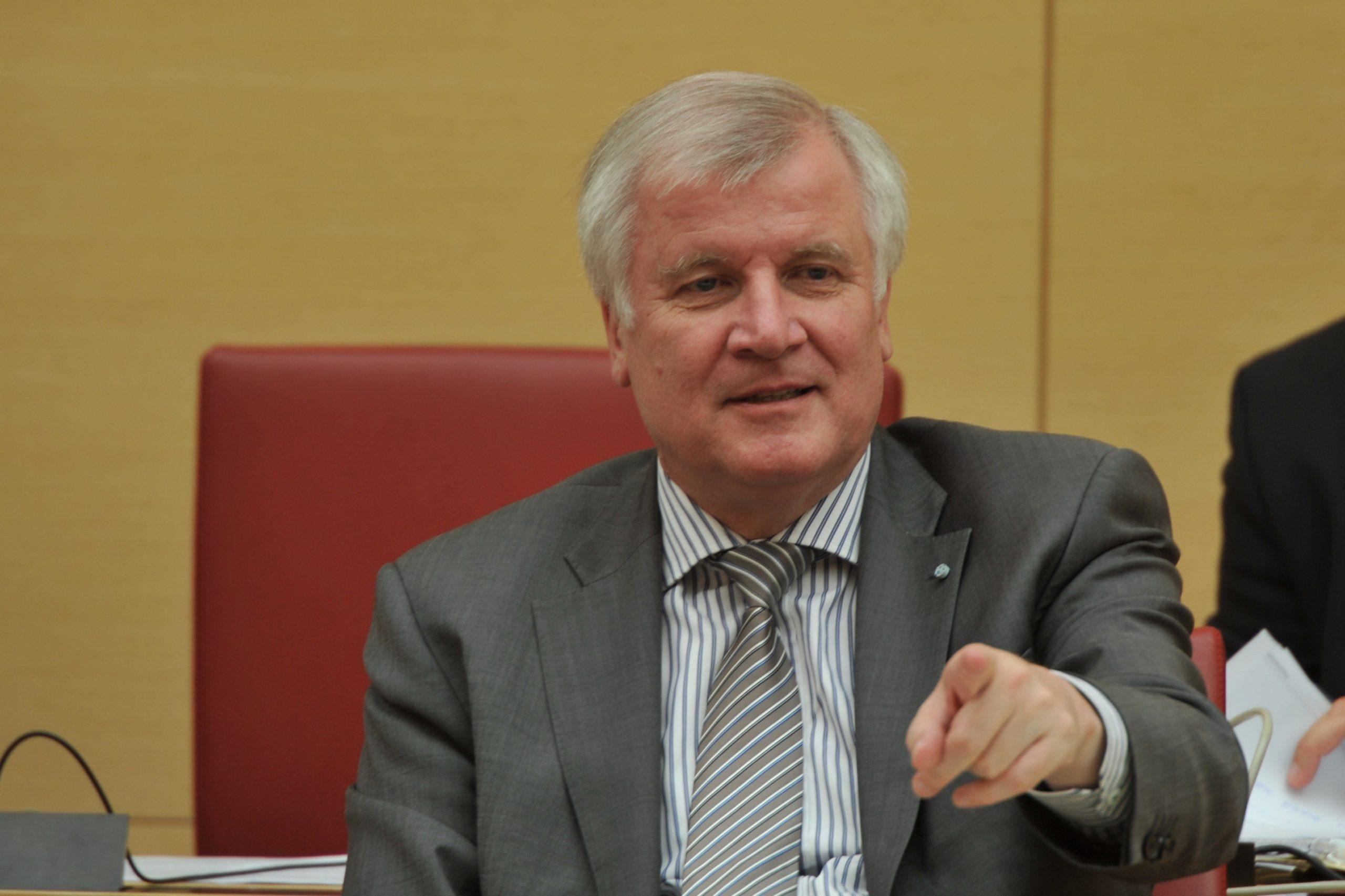 صورة وزير الداخلية الألماني يحيل رئيس المخابرات الداخلية على التقاعد