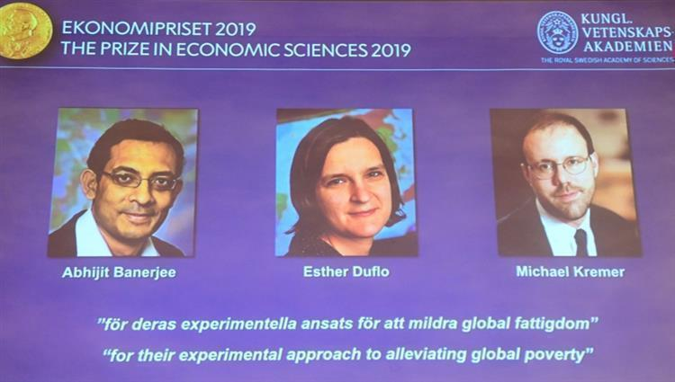 صورة هندي وفرنسية وأميركي يفوزون بجائزة نوبل للاقتصاد