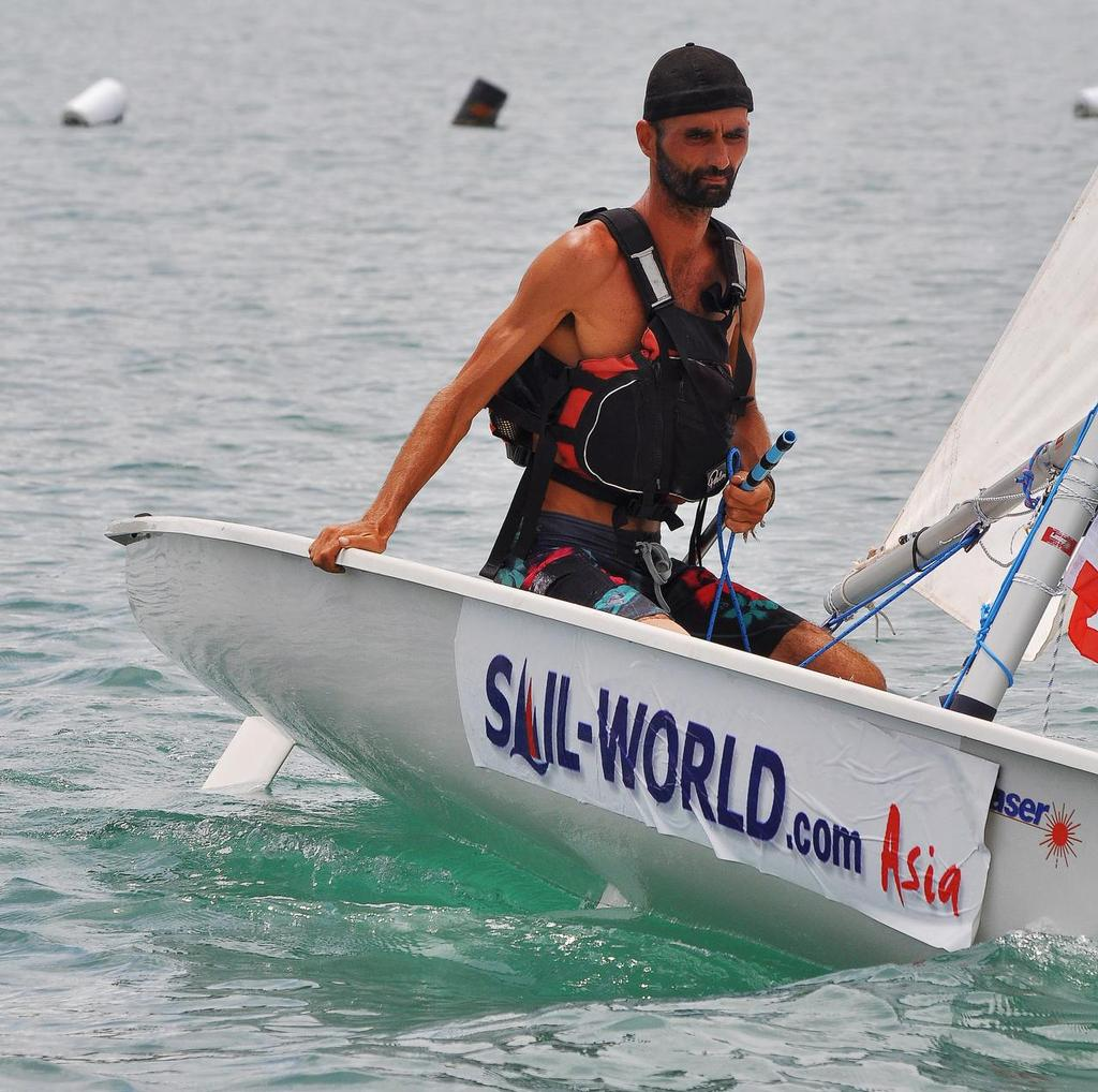 صورة مغربي يتحدى عبور خليج تايلاند على متن قارب شراعي