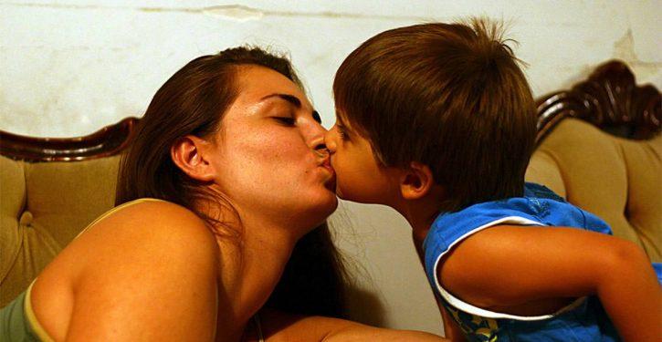 صورة أيها الآباء احذروا من تقبيل أطفالكم على شفاههم!
