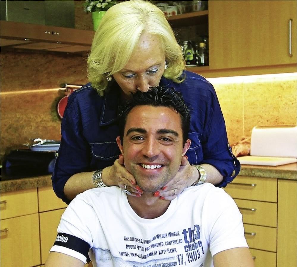 صورة تشافي يتذكر دور والدته في بقائه ببرشلونة