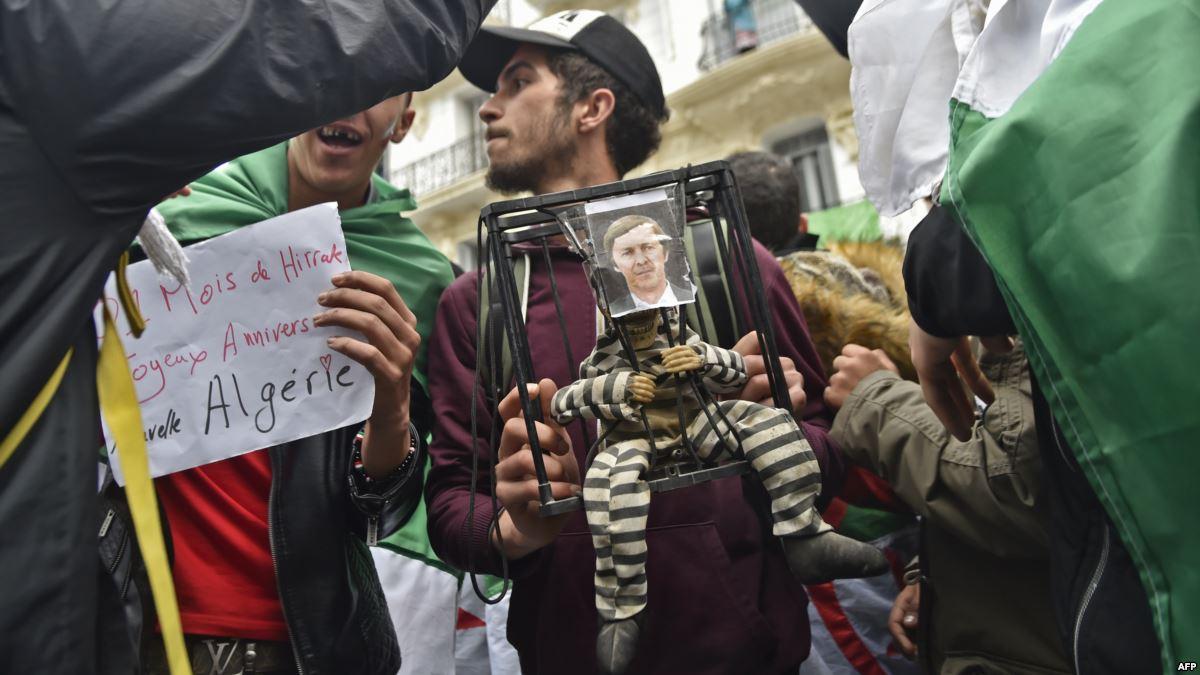 """صورة اعتقال """"العصابة"""" يقسم الشارع الجزائري وتخوفات من """"ثورة مضادة"""""""