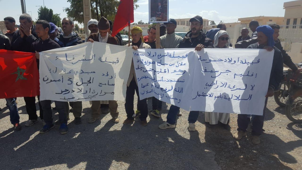 صورة قبائل بجرسيف تحتج ضد قرار طردهم من أراضيهم السلالية