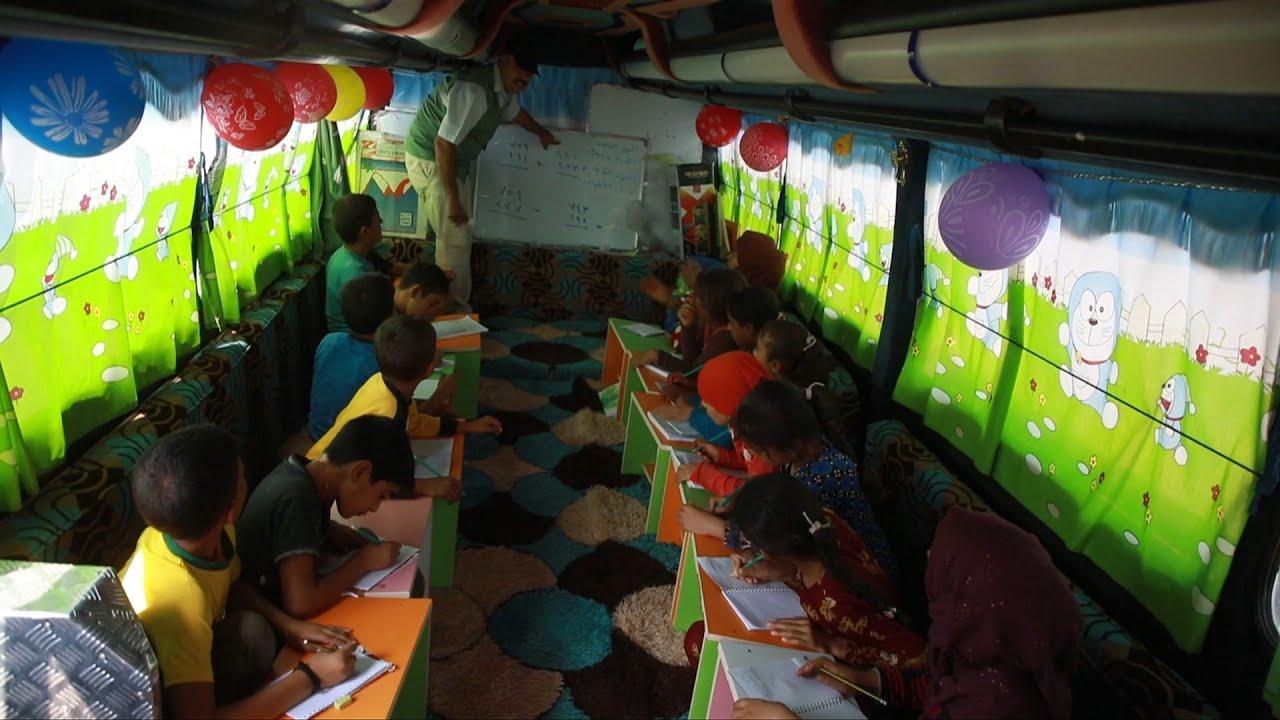 صورة خيم وحافلات متنقلة تتحول قاعات تدريس للأطفال النازحين في شمال غرب سوريا