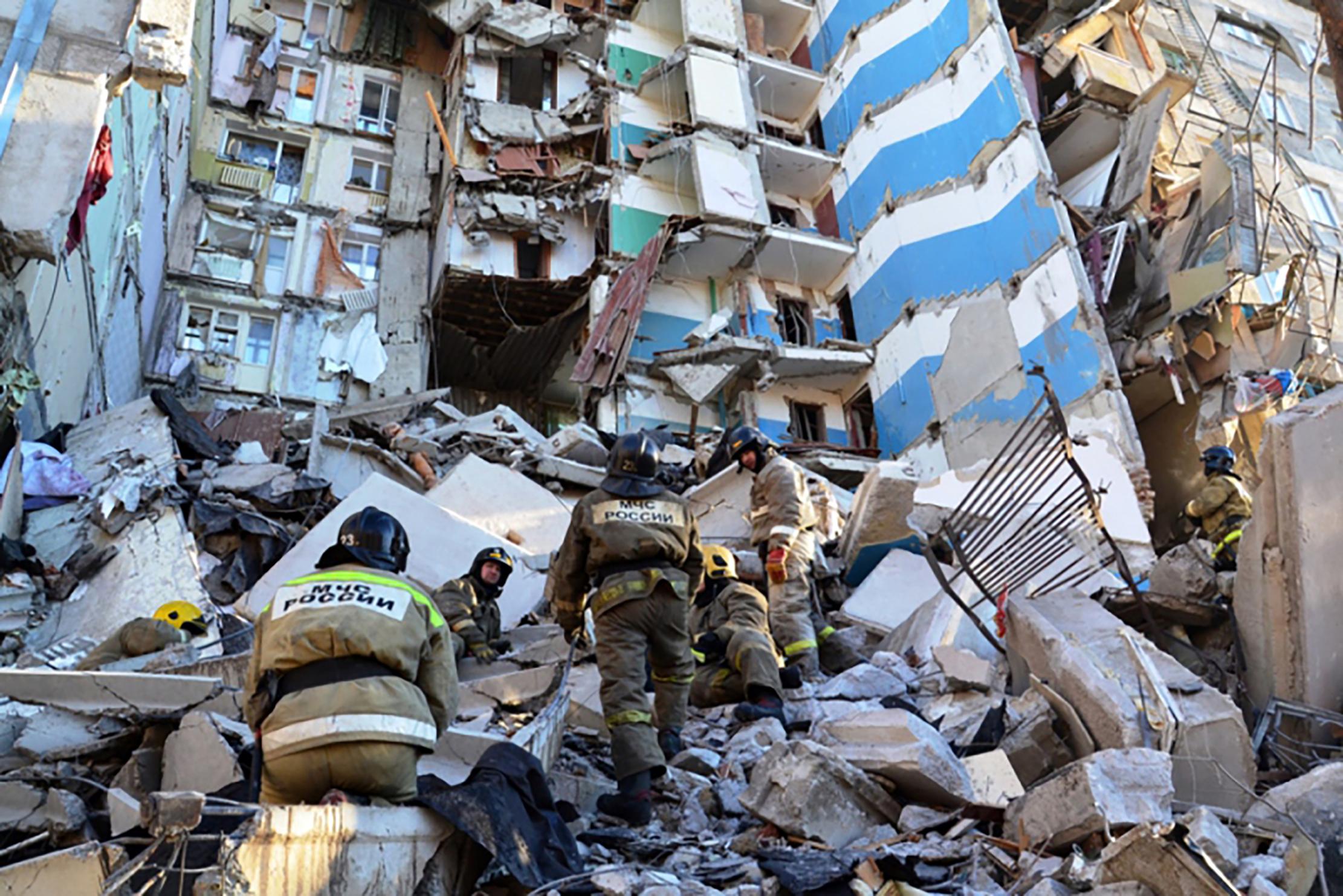 Photo of العثور على 8 جثث وإنقاذ رضيع في حادث انفجار مبنى سكني بروسيا