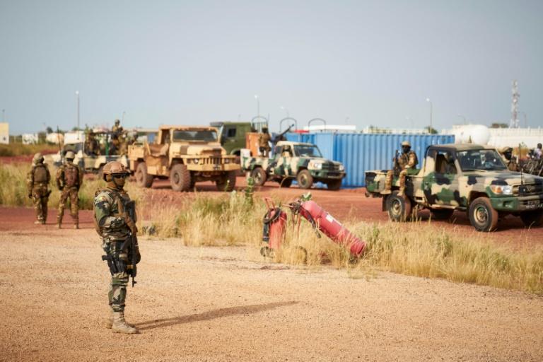 صورة صدمة وتساؤلات في مالي إثر مقتل 51 جنديا بأيدي جهاديين في يومين