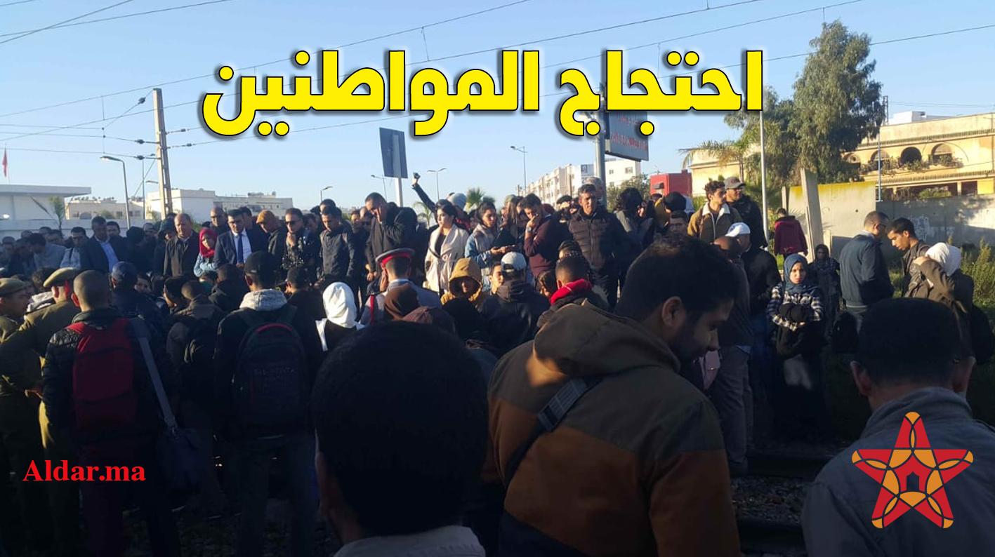 صورة مواطنون يحتجون على سكة القطار في محطة بوسكورة