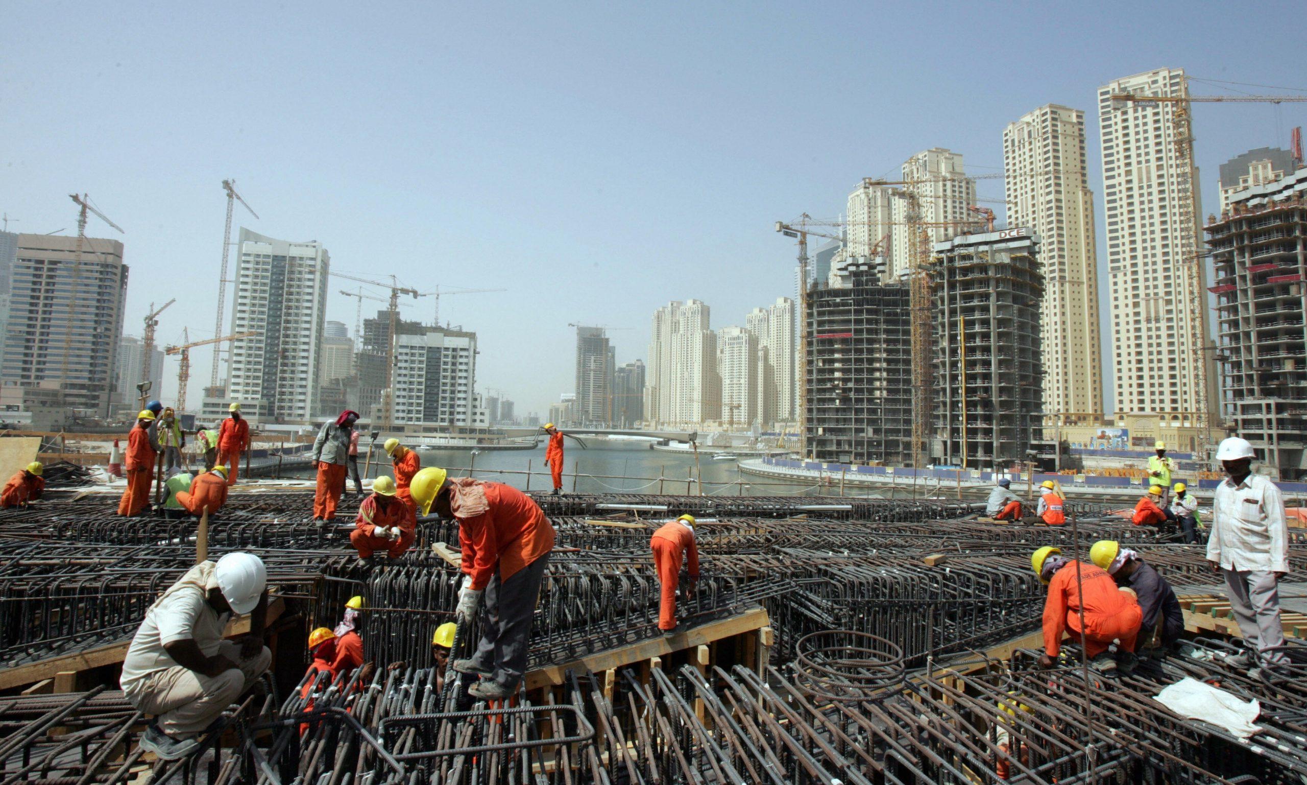 Photo of الإمارات تصدر تعديلا على قانون التحاق أسر العمال الأجانب