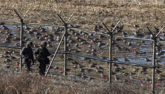 صورة فرار جندي كوري شمالي إلى الجارة الجنوبية