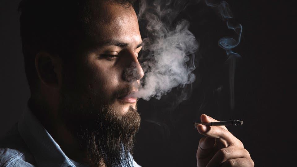 صورة التدخين يضر العينين.. فهل يسبب العمى؟