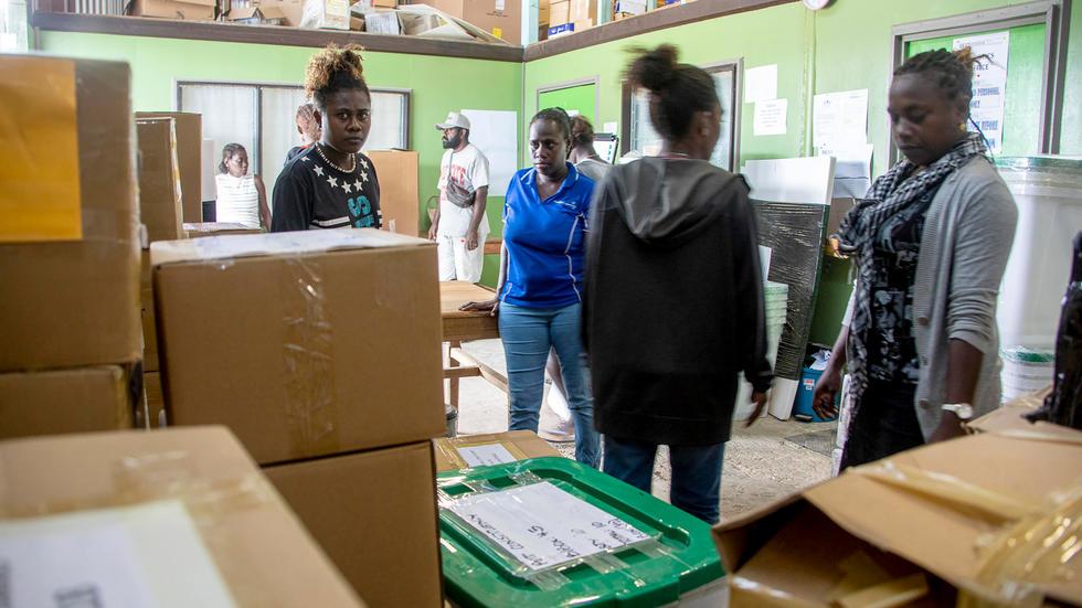 صورة استفتاء في جزيرة بوغانفيل لاختيار تعزيز الحكم الذاتي أو الاستقلال عن بابوا غينيا الجديدة