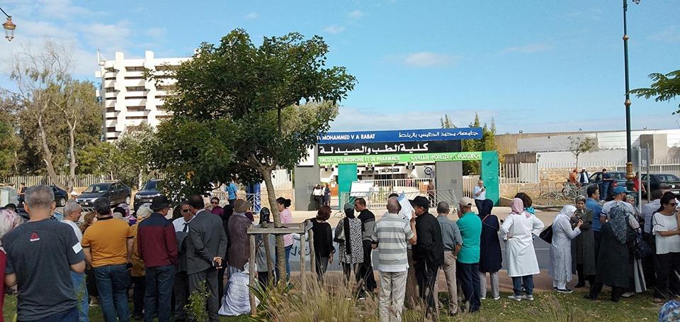 صورة بالصور.. الطلبة الأطباء يقاطعون الامتحانات والأباء يحتجون أمام الكليات
