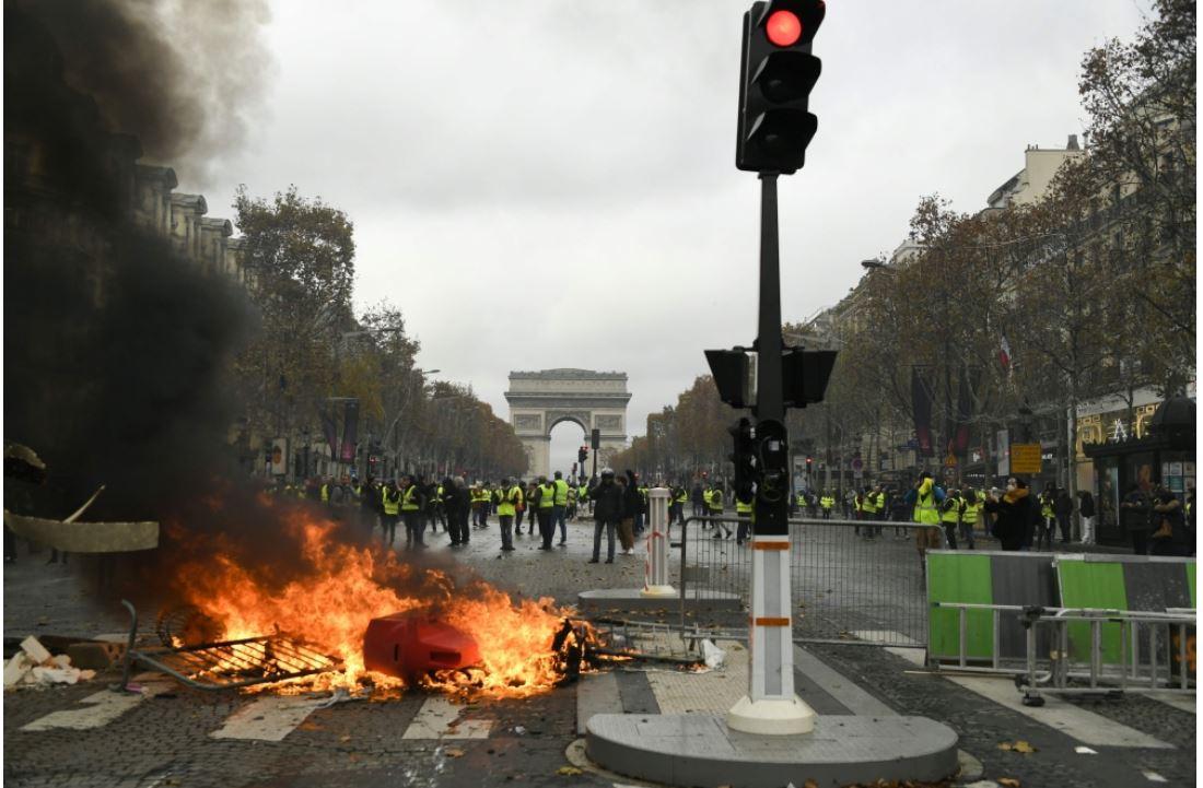 صورة احتجاجات أصحاب السترات الصفراء تشعل النار في جادة الشانزيليزي