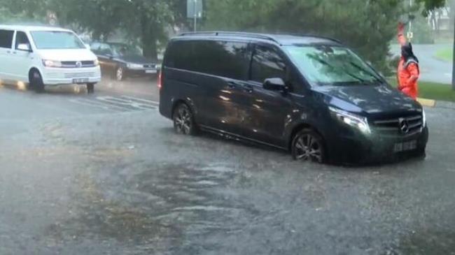 Photo of فيضانات في إسطنبول..غرق شوارع وتوقف العبارات والترام