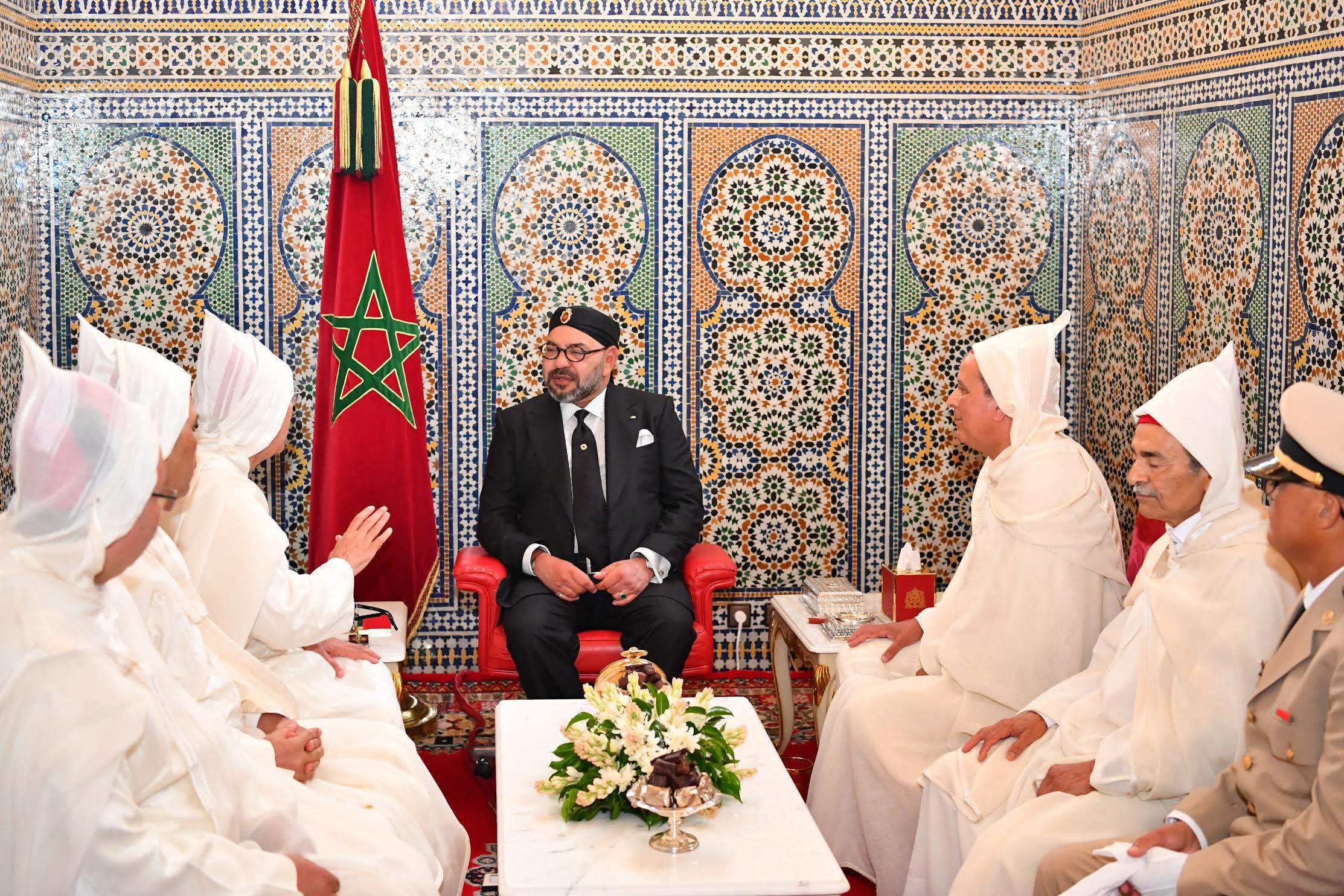 صورة أمير المؤمنين يستقبل أعضاء الوفد الرسمي المتوجه إلى الديار المقدسة