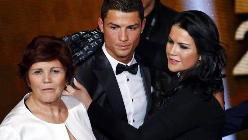 Photo of عائلة رونالدو توجه أسهم الانتقاد صوب جائزة الكرة الذهبية