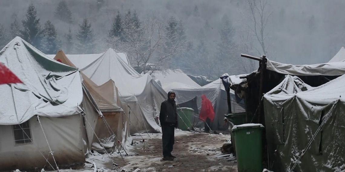 صورة مهاجرون يتجمدون من البرد في مخيم داخل غابة بالبوسنة
