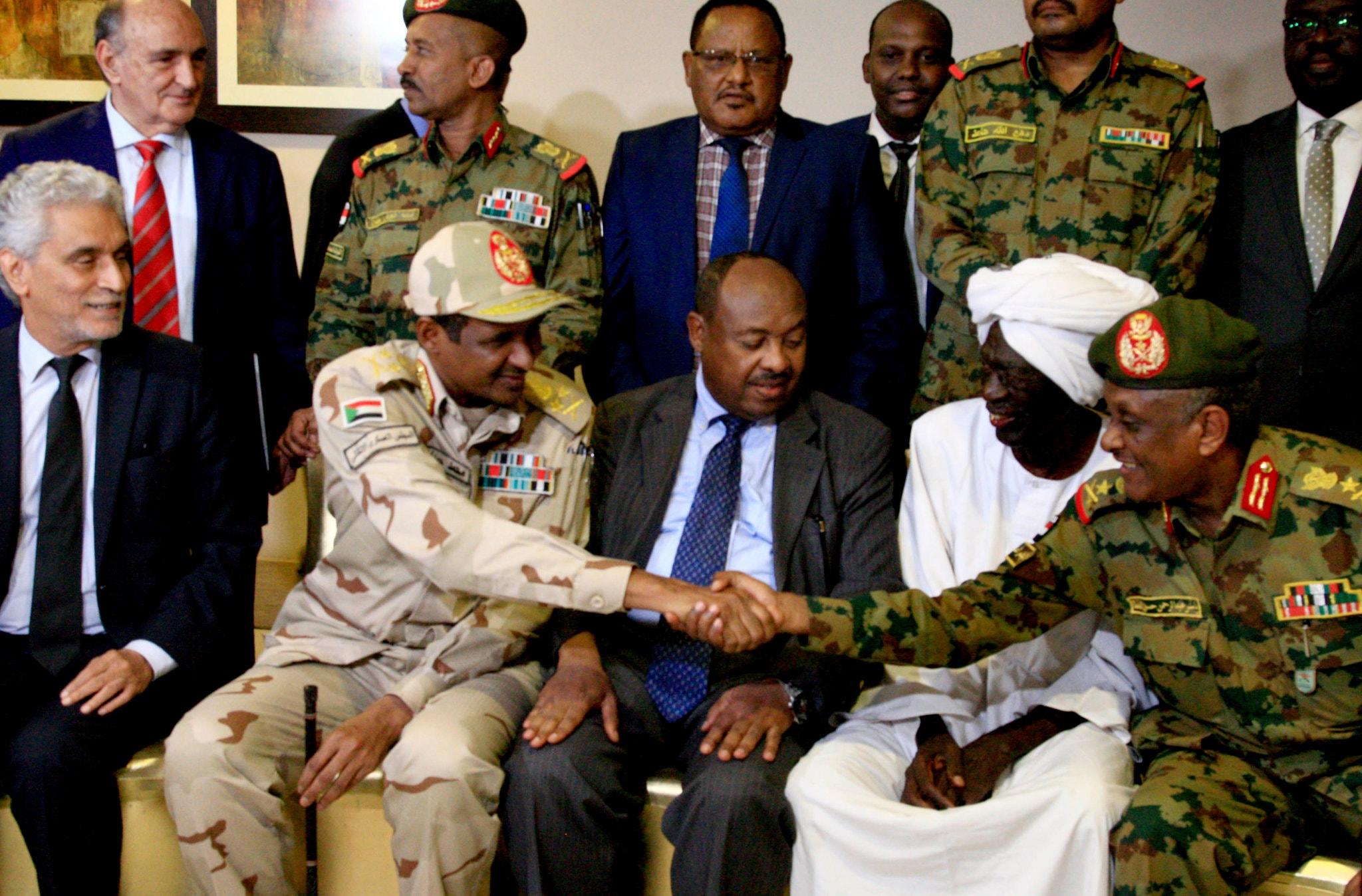 """صورة السودان: المجلس العسكري الحاكم يتعهد بـ""""تنفيذ"""" اتفاق المرحلة الانتقالية"""