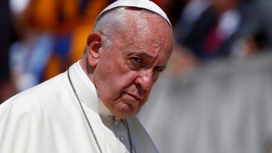 """صورة البابا فرنسيس يرفع """"السرية البابوية"""" عن قضايا الاعتداءات الجنسية على القاصرين والضعفاء"""