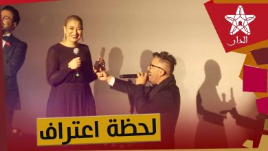 Photo of بتأثر..حاتم عمور يركع أمام زوجته مقبلا يديها اعترافا بفضلها في نجاحه