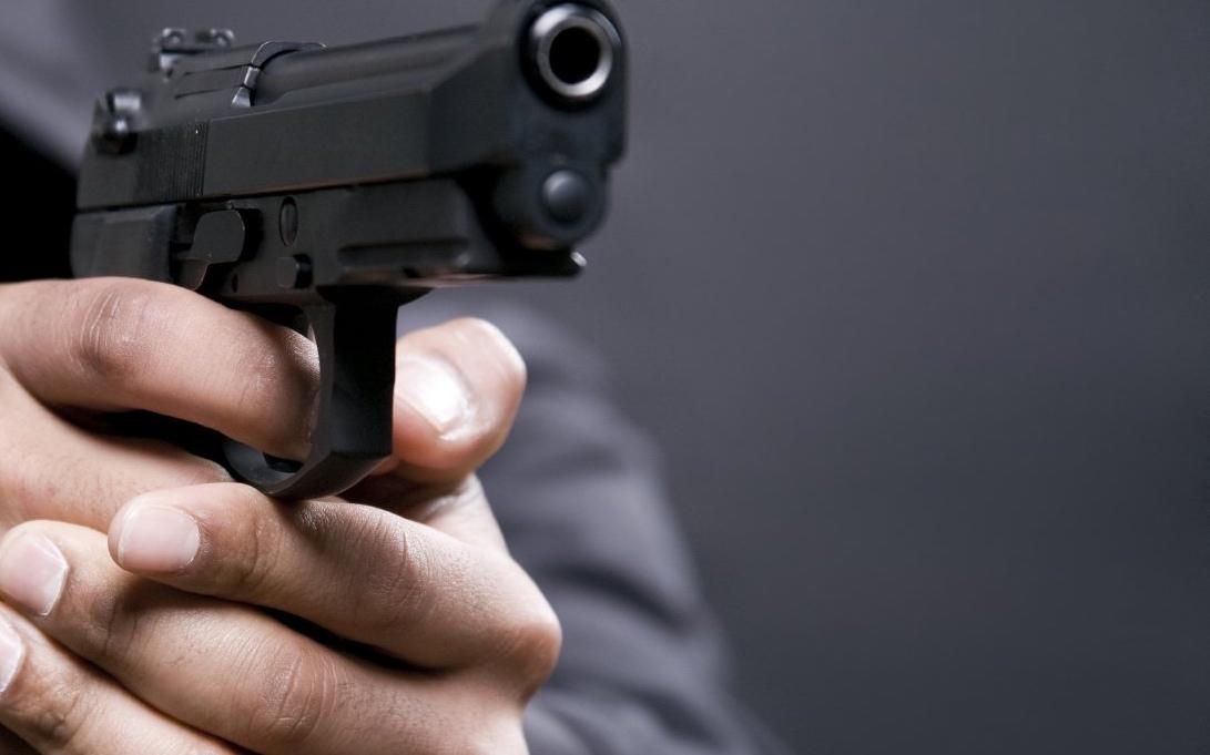 صورة فاس : شرطي يستعمل سلاحه لتوقيف شخص عرض حياة المواطنين للخطر