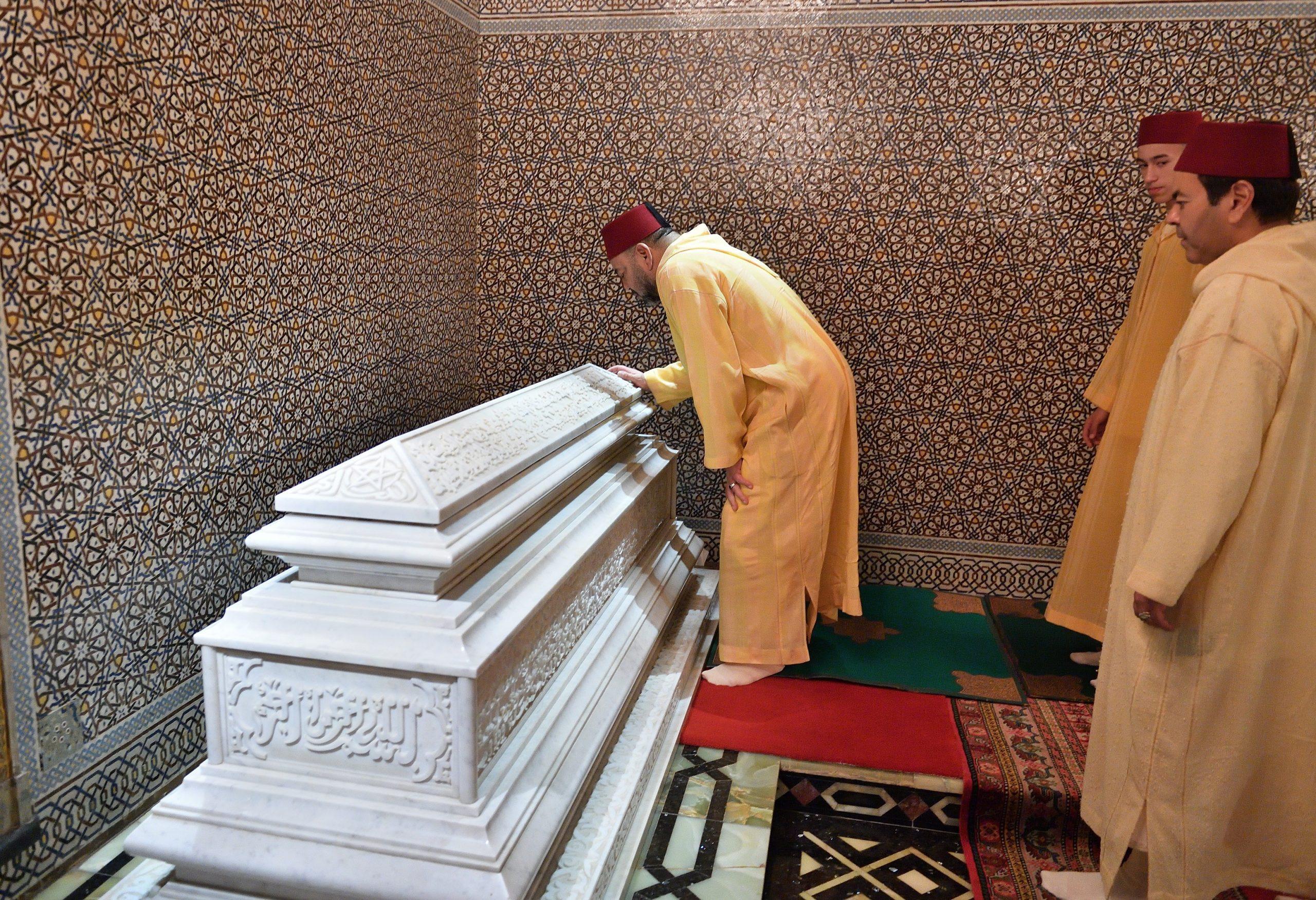 صورة الملك يترأس حفلا دينيا إحياء للذكرى الـ20 لوفاة الحسن الثاني