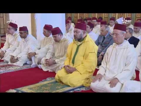 """صورة أمير المؤمنين يؤدي صلاة الجمعة بمسجد """"الكتبية"""" بمدينة مراكش"""