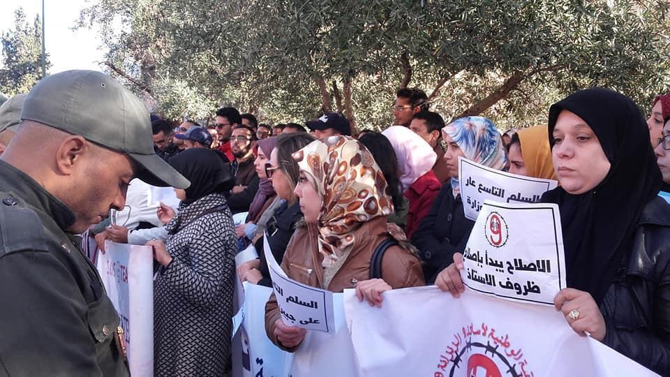 """صورة أساتذة """"الزنزانة 9"""" يحتجون أمام أكاديمية جهة بني ملال خنيفرة"""
