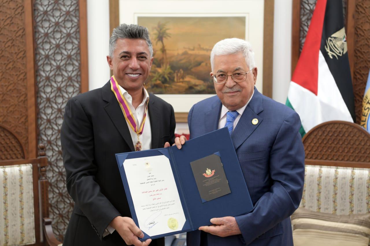 Photo of محمود عباس يمنح فنانا أردنيا أعلى وسام للثقافة والعلوم والفنون