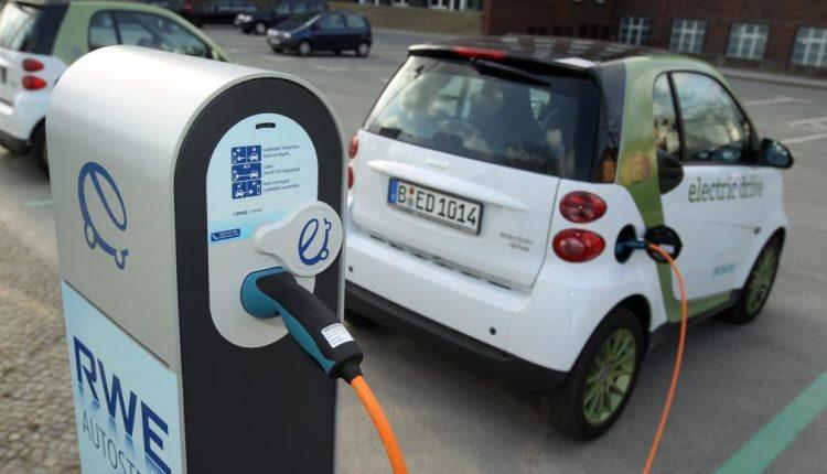 صورة ميركل أعلنتها.. بعد المرسيدس وبي أم دبليو.. ألمانيا تصبح بلد السيارات الكهربائية بحلول 2030