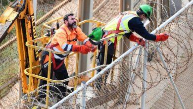 صورة اسبانيا تزيل الأسلاك الشائكة من سياج سبتة والمغرب يثبتها