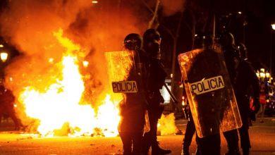 صورة بالفيديو..اشتباكات عنيفة بين جماهير برشلونة وفالنسيا