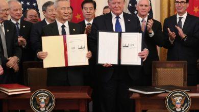 "Photo of ترامب ونائب رئيس الوزراء الصيني يوقعان اتفاقا تجاريا ""تاريخيا"""