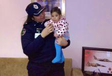Photo of شرطية رئيسة خلية التكفل بالنساء تشرف على تسليم الرضيعة ياسمين لوالدتها وجدتها