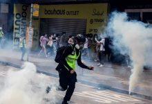 Photo of شرطة هونغ كونغ تستخدم قنابل الغاز لتفريق محتجين على قانون صيني للأمن