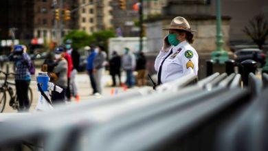صورة تغريم سكان نيويورك لمخالفتهم قواعد التباعد الاجتماعي في الهواء الطلق
