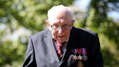 صورة عجوز بريطاني يجمع تبرعات بالملايين و يتحصل على وسام الفروسية