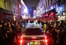 """Photo of ليلة """"خارج السيطرة"""" في بريطانيا والموجة الوبائية تشتد في المسكيك والهند وإيران"""