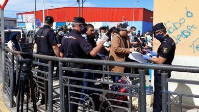 """صورة اسبان ومغاربة مليلية العالقين في المغرب يحتجون للمطالبة ب""""ممرات إنسانية"""""""