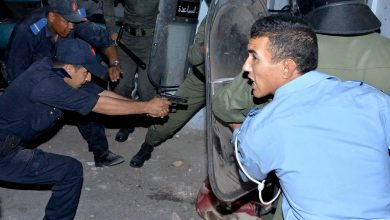 صورة موظفا شرطة يضطران لإشهار سلاحيهما لإيقاف 3 جانحين