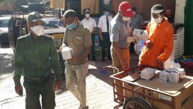 صورة بني ملال: توزيع كمامات للوقاية من كورونا على عدد من المعوزين
