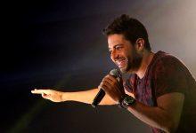 صورة موقف محرج للمطرب المصري محمد حماقي على المسرح في حفله بالسعودية