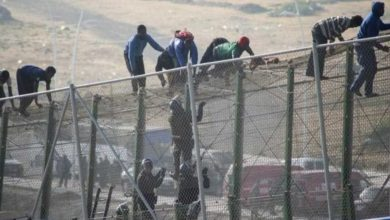 """صورة تسلل أربعة """"حراكة"""" مغاربة الى مليلية قفزا على السياج والشرطة تشتبه في ضلوعهم في أعمال شغب"""