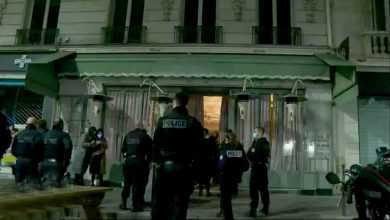 صورة الشرطة الفرنسية تفضل التنبيه بدل العقوبات في اليوم الأول من حظر التجول في باريس