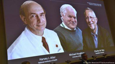 صورة فوز البريطاني مايكل هيوتون والأمريكيين هارفي ألتر وتشارلز رايس بجاتزة نوبل للطب 2020