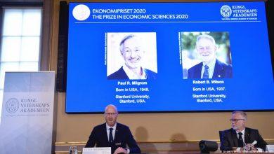 صورة فوز الاقتصاديين الأمريكيين ميلجروم وويلسون بجائزة نوبل للاقتصاد