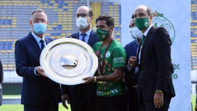 صورة فوزي لقجع يسلم درع البطولة لفريق الرجاء الرياضي