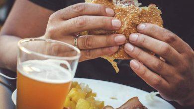 صورة الاستهلاك المفرط للحوم الحمراء والمصنعة والسكر والكحول من مسببات بعض أنواع السرطان