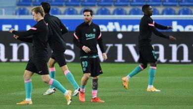 صورة ميسي يضرب حكم مباراة برشلونة ضد ألافيس بالكرة