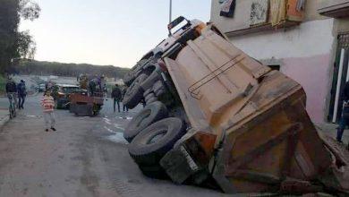 صورة البنية التحتية الرديئة تتسبب في غرق شاحنة بحي النصر بالعرائش